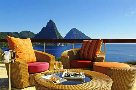 Отель Jade Mountain, столик в баре.